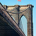 Les drapeaux du Brooklyn Bridge abîmés par le froid