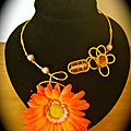 Collier or et orange, grosse fleur orange et perles oranges.