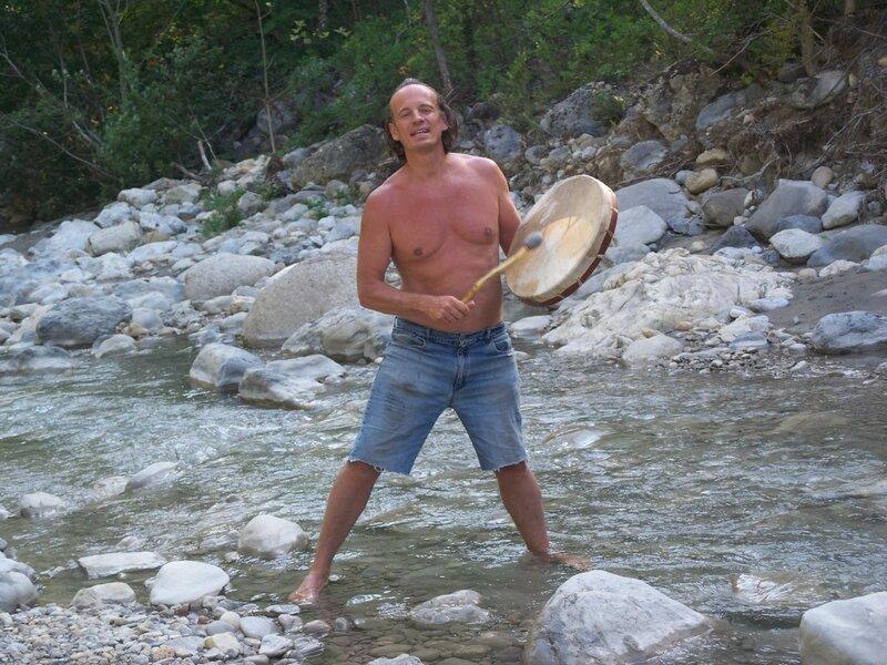 Valerian en train de jouer du tambour dans la rivière
