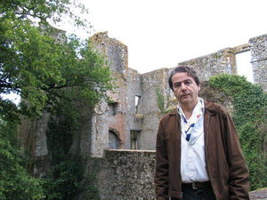 Olivier_Dazat_devant_les_ruines_de_la_Durbelliere