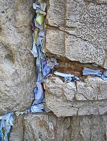220px-Prayer_Papers_in_the_Western_Wall
