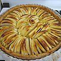 <b>Tarte</b> aux pommes toute simple, sur lit de compote & poudre d'amandes