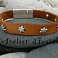 Homme femme, ce <b>bracelet</b> <b>cuir</b> brut camel perforé sur lequel j'ai ajouté des rivets étoiles striés et son fermoir brut !