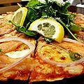 Pizza au saumon fumé, mozzarella et crème