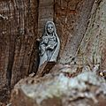 Le vieux chêne et la statue de sainte Anne et de la Vierge Marie dans les bois de Cesson-la-Forêt (Seine-et Marne).