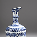 Rare <b>aiguière</b> (huajiao) en porcelaine décorée en bleu sous couverte, Chine, Epoque Yongzheng