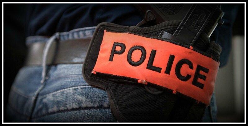 Police brassard arme
