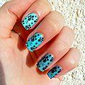 Petits pots de <b>fleurs</b> noirs sur camaïeu de bleus