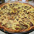 Quiche <b>vegan</b> aux oignons, champignons, courgette jaune et jambon cru séché (vegourmet)