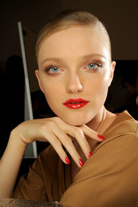 Les ongles en raccord avec la bouche (Gucci)