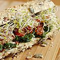 Sandwich sur le pouce : chou kale mariné, maquereau, compotée de tomates et graines germées de brocoli