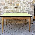 Ancienne table en Formica <b>jaune</b> et chêne