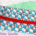 Un imprimé graphique ... des triangles ... une touche de rouge ... un étui à mouchoirs unisexe <b>moderne</b> et tendance !