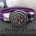 Bohème aujourd'hui, avec ce bracelet en cuir violet aspect autruche et son attache strass assortie !