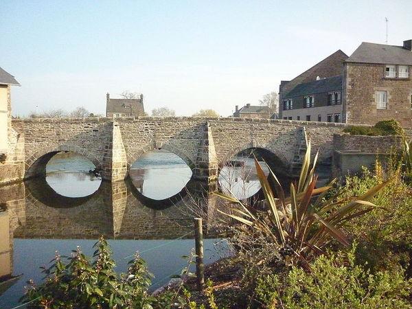800px_Le_vieux_pont_de_Ducey