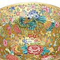 A gold-ground<b>famille</b> <b>rose</b>'mille-fleurs' bowl, Qianlong six-character seal mark in underglaze blue and of the period (1736-1795
