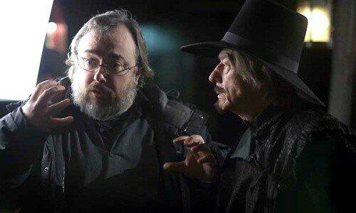 Alex de la Iglesia, le réalisateur et John Hurt en pleine parodie de V pour Vendetta ?