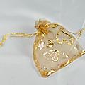 Lot de 100 sacs organza <b>doré</b> avec motif coeurs
