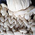 Le <b>plaid</b> géant tricoté avec les bras