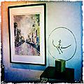 Sculpture de femme sur balançoire, en <b>papier</b> <b>journal</b>, avec aquarelle de New York à la mairie d'Annecy le vieux