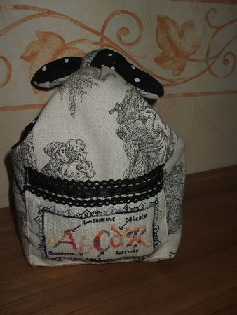 sac_toile_de_jouy_grise_plus_broderie_ABCD_R