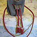 Sac miniature en <b>cuir</b> kaki et suédine rouge