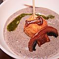 Vélouté de champignons de Paris, bonbon de brie pané, pesto basilic amande.
