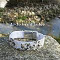 Bord de rivière pour présenter ce bracelet artisanal en sergé de <b>coton</b> agrémenté de cailloux, microfilmes et strass transparents