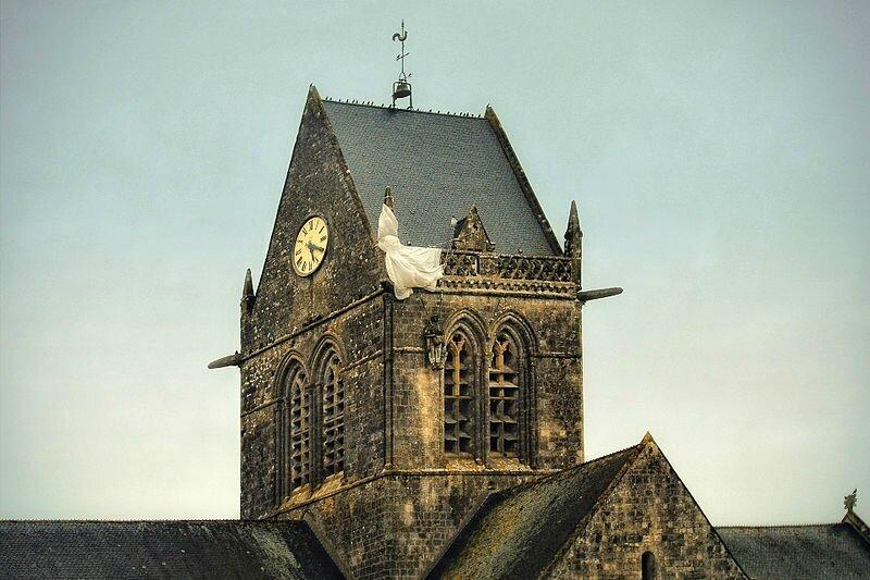 800px-Sainte-Mère-Église_Parachute_Memorial