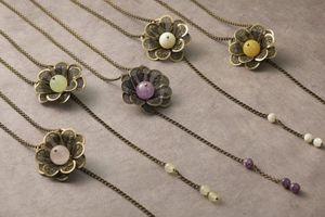 Collection de sautoirs _Les Fabuleuses_ dans les tons rose pale (Quartz rose), vert clair (Jade), violet (Améthyste lavande), blanc (Nacre) et jaune (Aragonite)