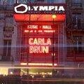 <b>Carla</b> <b>Bruni</b> à L'Olympia fait de l'humour politique pendant son concert!