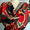 Foulard, écharpe ou <b>étole</b> esprit VINTAGE dessins géométriques à dominante rouge Hermès