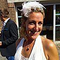 Elise et son peigne de mariée aux plumes roses, blanches et doré