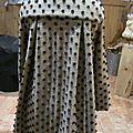 <b>Manteau</b> AGLAE en lainage maille beige à pois noirs fermé par un noeud
