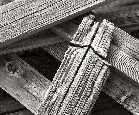 Old_wood_posts_cross