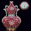 <b>Vase</b> <b>double</b>-<b>gourde</b> en porcelaine à fond rubis. Chine, dynastie Qing, marque à six caractères en cachet et époque Qianlong (?)