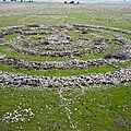 El Hiri Rujm - 42 000 pierres organisées en anneaux concentriques par une race de géants