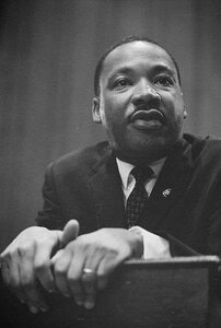 martin_luther_king_1964_leaning_on_a_lectern_gr49