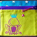 <b>Trousse</b> plate avec grenouille peinte <b>à</b> la main