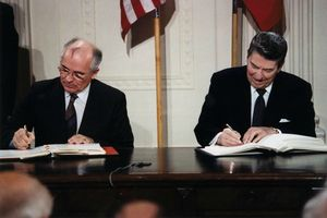 Reagan_and_Gorbachev_signing-gr37