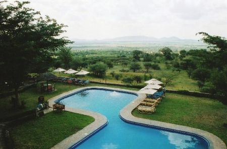 pool_with_serengeti_view