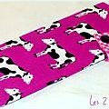 Pochette à <b>barrettes</b> violine avec vaches, doublure fleurie et étoilée