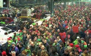7750689221_les-3-000-3-500-ouvriers-de-l-usine-de-renault-a-vilvoorde-se-regroupent-dans-leur-usine-pour-une-assemblee-generale-le-3-mars-1997