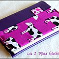 Du simili cuir souple violet ... des vaches ... un protège-passeport girly rigolo !