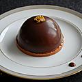 Dôme mousse chocolat cœur <b>caramel</b> <b>beurré</b> <b>salé</b> et croustillant praliné