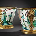 Paire de <b>cache</b>-<b>pots</b> en porcelaine de Chine d'époque Kangxi à monture de bronze doré d'époque Régence, poinçonnée au C couronné