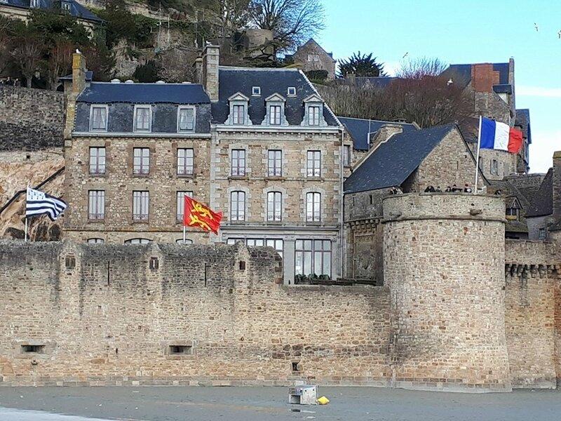 Mont St Michel: en raison des grandes marées, il faut passer la serpillère sur la cale d'entrée…