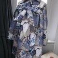 Un ciré AGLAE en coton enduit <b>fleuri</b> <b>bleu</b> fermé par un noeud