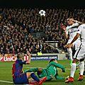 <b>But</b> Iniesta Barcelone PSG <b>vidéo</b> 0-2