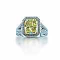Bague en or gris ornée d'un <b>diamant</b> de taille rectangulaire Fancy Yellow